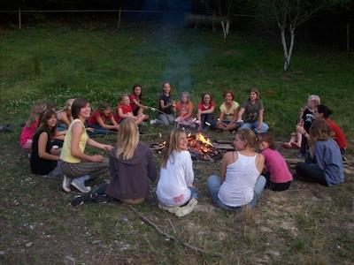 Gemütlicher Abend am Lagerfeuer